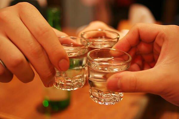 混ぜて飲むと本当にすぐにとるか?酒と関連誤解と真実| 1boon