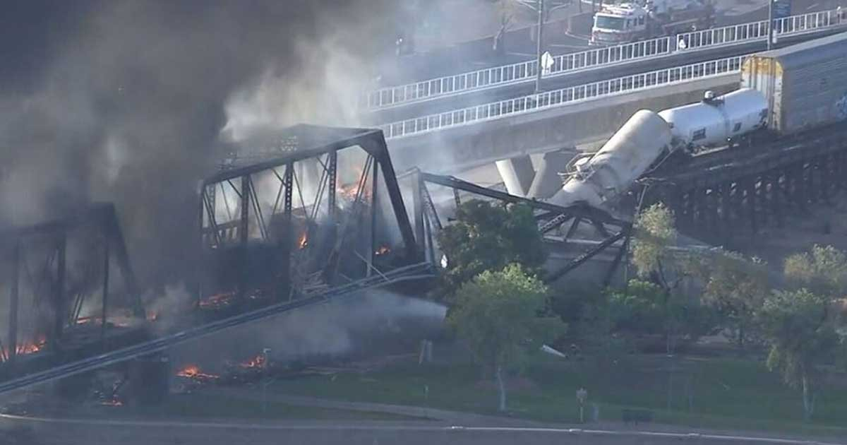 3 74.jpg?resize=1200,630 - Freight Train Derails In Arizona, Burning And Partially Collapsing Bridge