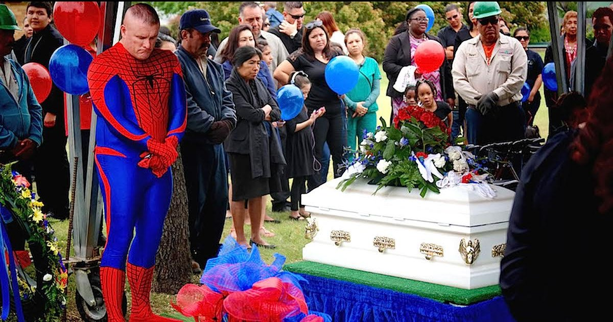 e18486e185aee1848ce185a6 2.png?resize=1200,630 - Police Officer Dressed Up As Superhero At 5-Year-Old Boy's Funeral
