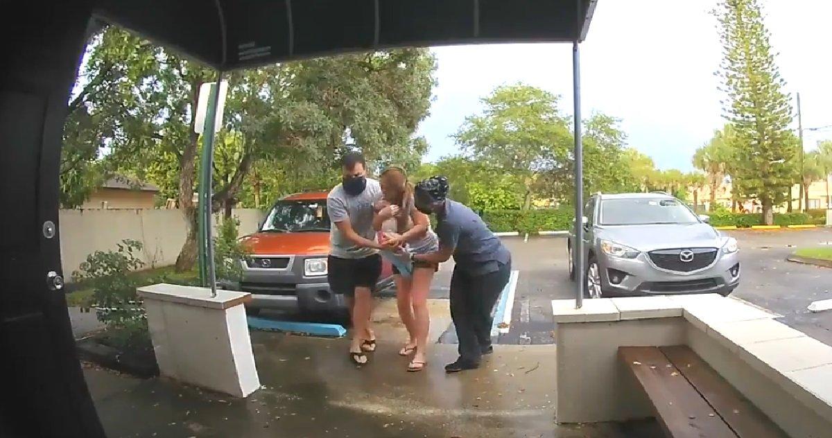 mac phil 1.jpg?resize=1200,630 - Naissance originale: une femme a accouché sur un parking avec son mari et une aide étrange