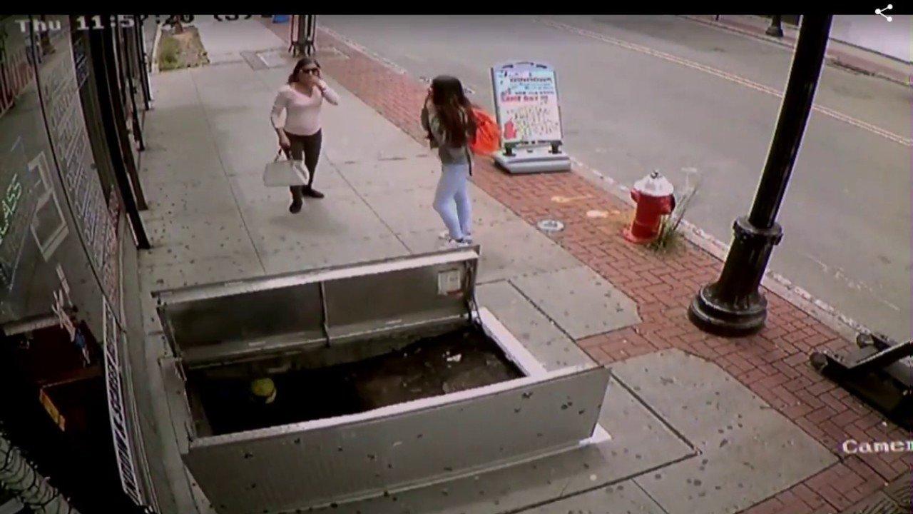 Mujer se cae en un sotano caminando distraida con el celular ...