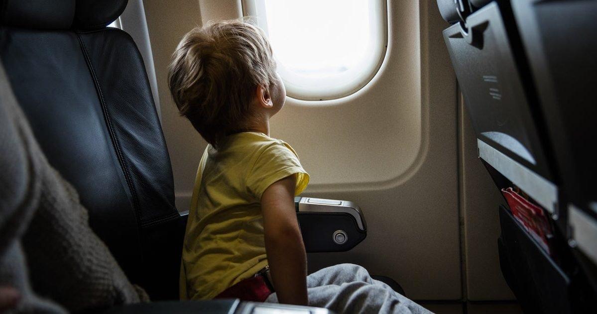 child on flight e1597425721583.jpg?resize=1200,630 - Un enfant autiste de 3 ans refuse de porter un masque, sa famille se voit refuser l'entrée dans un avion