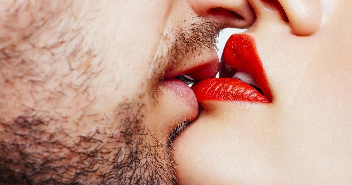 couple kissing e1597716196710.jpg?resize=412,232 - Savez-vous combien de partenaires faudrait-il avoir eu avant de se caser ?