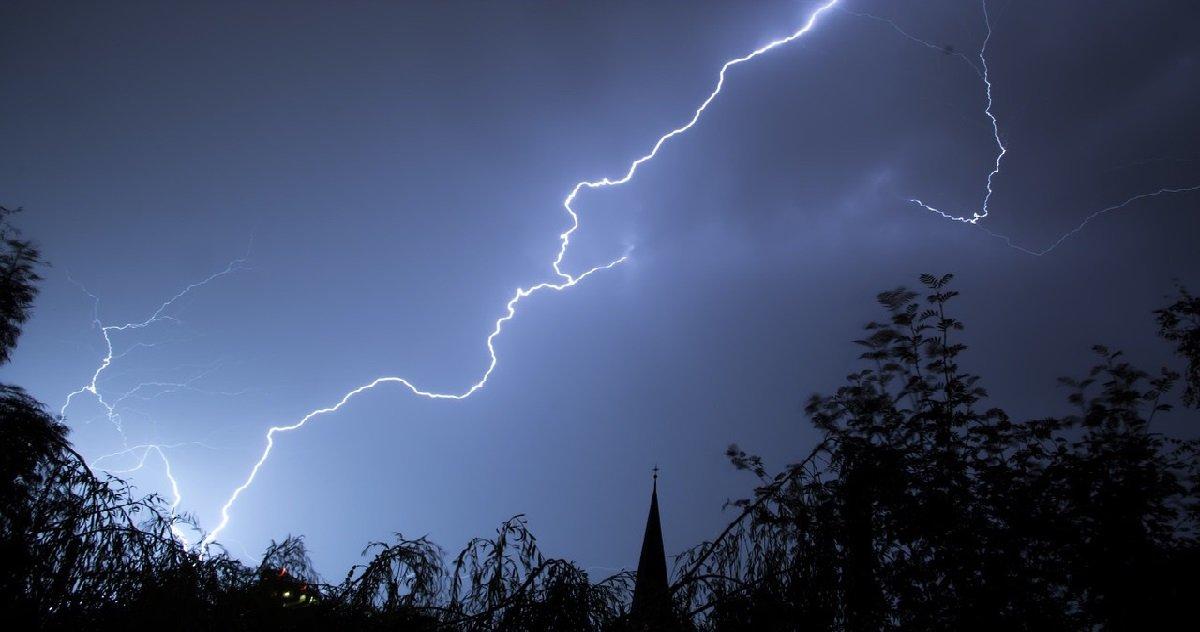 eclair.jpg?resize=412,232 - Toulouse: un puissant coup de tonnerre a réveillé la ville en pleine nuit