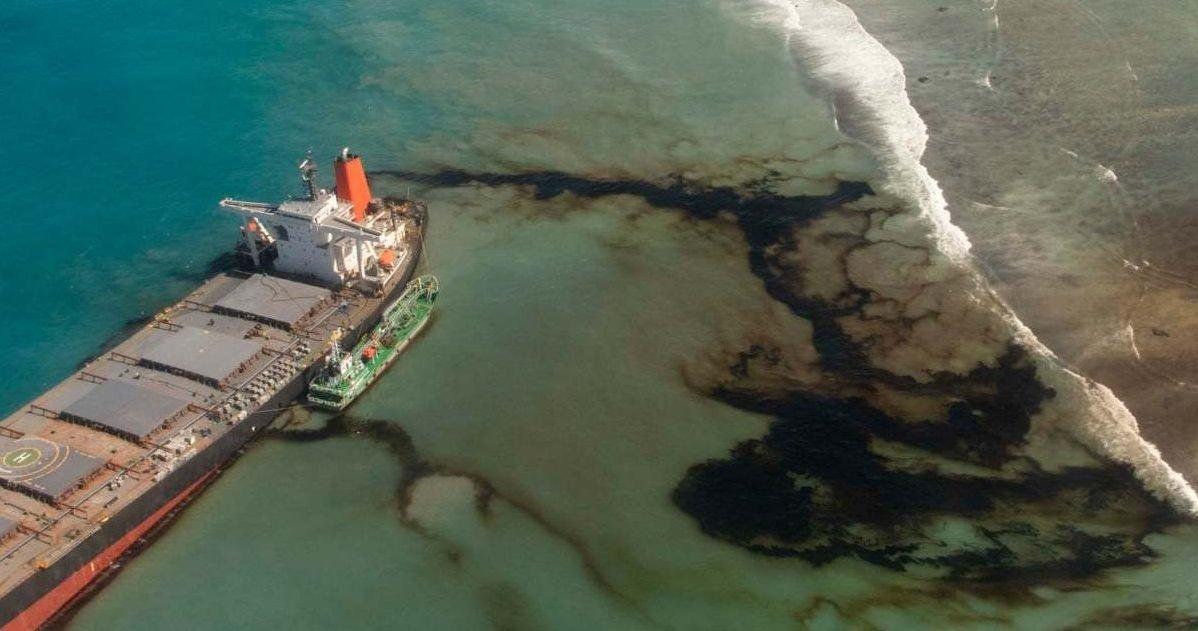 mauritius oil spill e1597076064255.jpg?resize=412,232 - Marée noire : Les images de la catastrophe écologique en cours à l'île Maurice