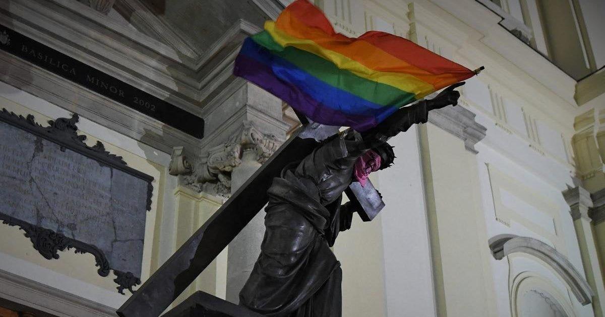 zz76s2ndyptcmquh02f3exzie6y2w4lvajd mlbdkt8 e1596735117949.jpg?resize=412,232 - Pologne : trois manifestants inculpés pour avoir accroché des drapeaux LGBT sur des statues