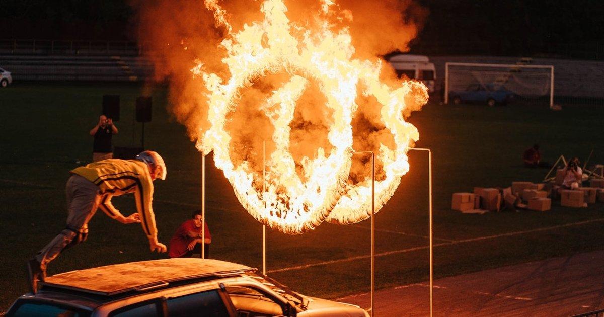 1 11.jpg?resize=1200,630 - Acróbata Sufre Un Horrible Accidente Al Atravesar Anillos De Fuego Desde Un Auto En Movimiento