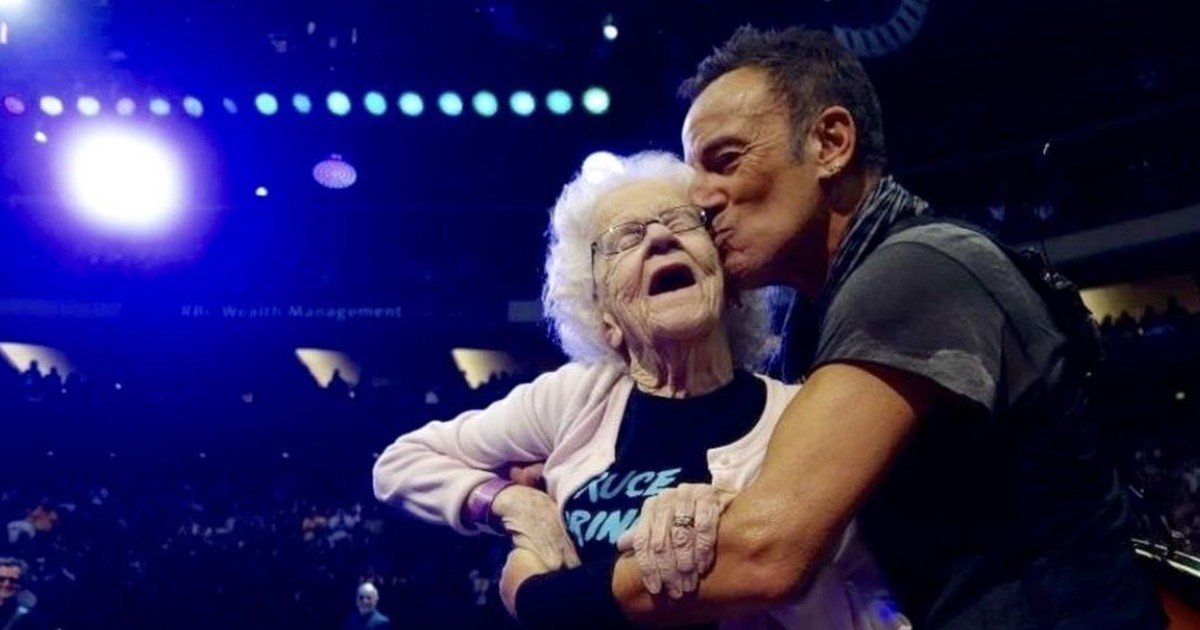 1 228 3.jpg?resize=1200,630 - Video: 91-Years-Old Fan Finally Danced With Her Long Time Favorite Bruce Springsteen