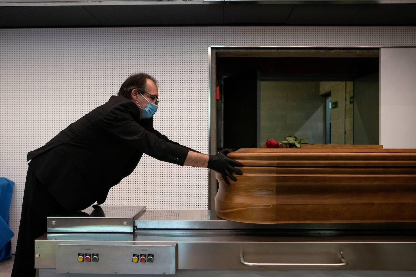 Una funeraria salva a una joven a punto de ser embalsamada viva: «Abrimos la bolsa y vimos sus ojos abiertos» | Las Provincias