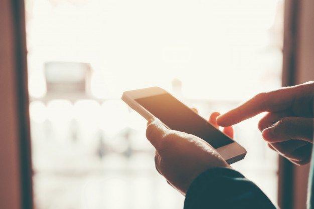 Hombre escribiendo mensaje de teléfono en la red social | Foto Premium