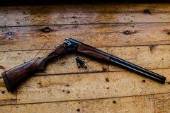 La Escopeta Encargó De Las Balas Y De Las Balas De Repuesto En Piso De Madera, Imagen de archivo - Imagen de repuesto, madera: 83153939