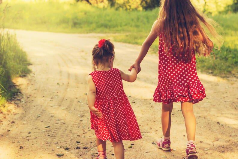 Un estudio confirma que tener hermanas mayores te hace más feliz - VIX