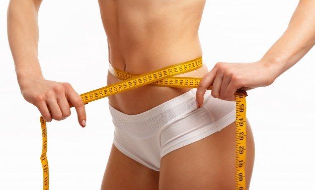 Manos de mujer midiendo cintura   Foto Gratis
