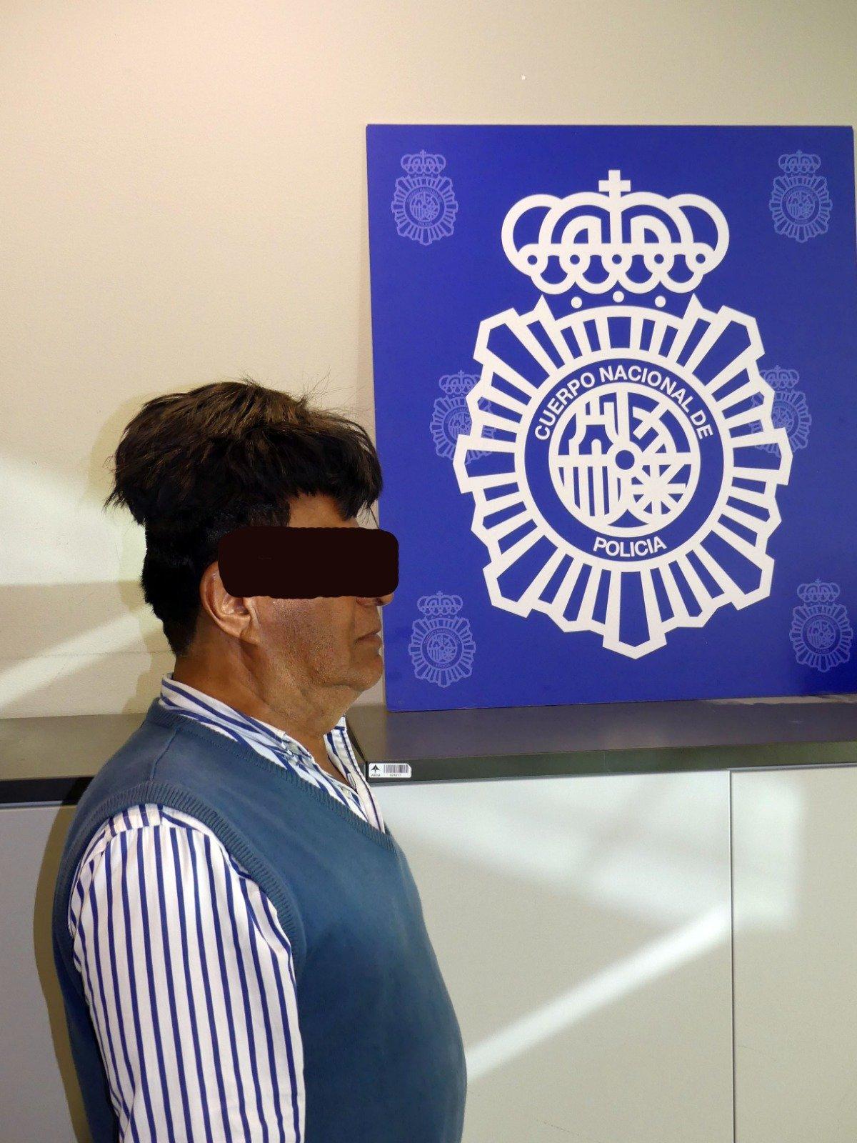 Detenido con medio kilo de cocaína oculto bajo su peluquín en el aeropuerto de Barcelona