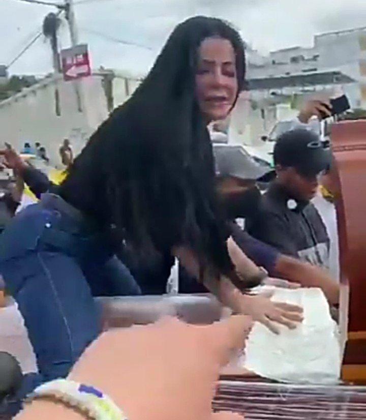 Woman twerks
