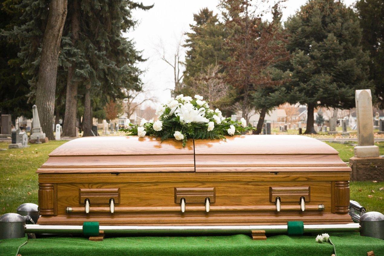 Funerarias, y familias, reflexionan sobre las muertes en la era de COVID-19 | Kaiser Health News