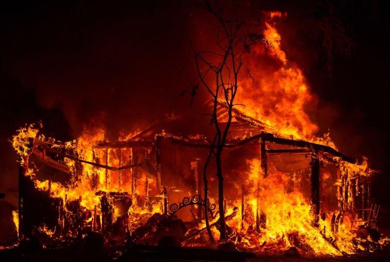 Nadie sabe cómo pudieron desaparecer estos cinco niños de una casa en llamas