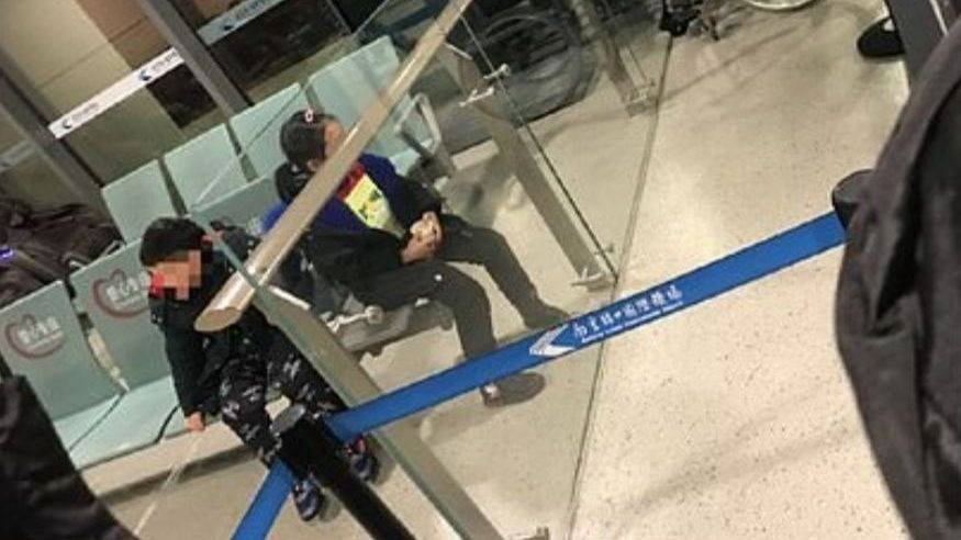 Pareja abandonó a sus hijos antes de un vuelo por sospecha de coronavirus