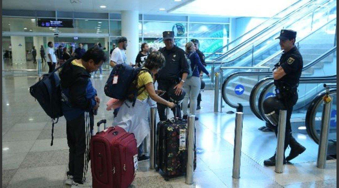Pareja abandonó a sus hijos en aeropuerto por temor a que tengan coronavirus | Crónica | Firme junto al pueblo
