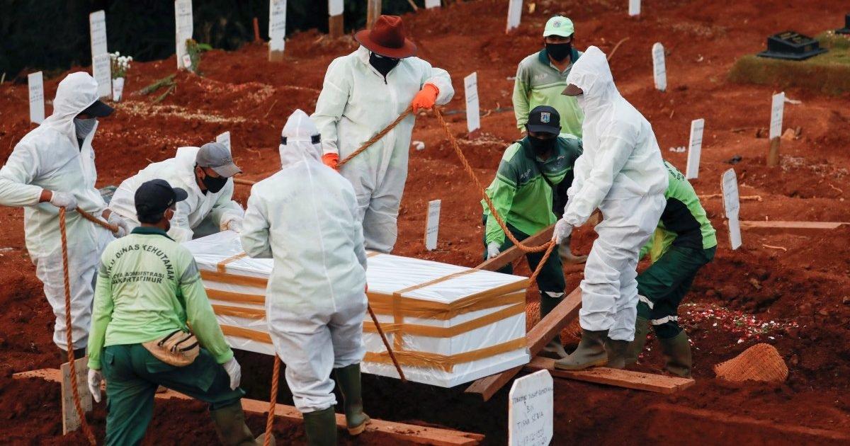 fdebb924 8a94 11ea 8a72 3b4a65ec119d image hires 150018 bu4y e1600190319872.jpg?resize=412,232 - Indonésie : Des anti-masques creusent des tombes pour les morts du coronavirus