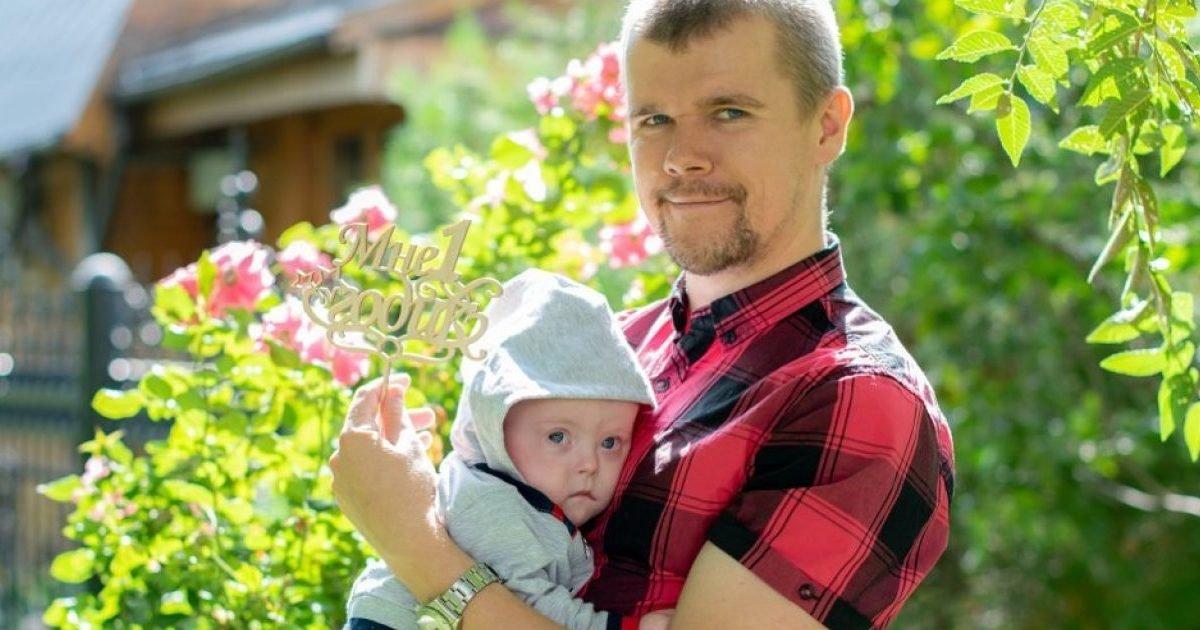 httpscdnimg rg  ruimgcontent1896855bez imeni d 850 jpg 1280x720 e1601425114530.jpg?resize=412,232 - Un homme russe élève seul son fils atteint de trisomie 21
