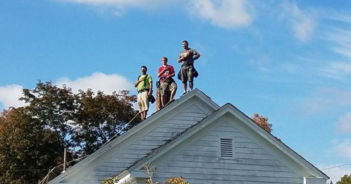 three roofers stood still on top of the roof 5.jpg?resize=1200,630 - Three Roofers Stood Still On Top Of The Roof As National Anthem Was Playing In The Background