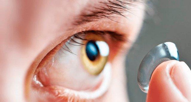 Mujer sufrió terribles consecuencias tras meterse a la piscina con lentes de contacto
