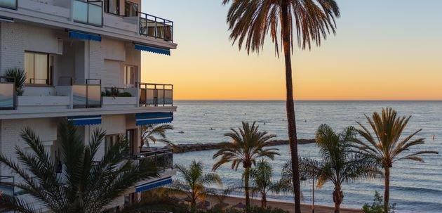 Dos hombres mueren en un hotel de Marbella al caer uno de ellos sobre el otro, que estaba en una terraza   El HuffPost