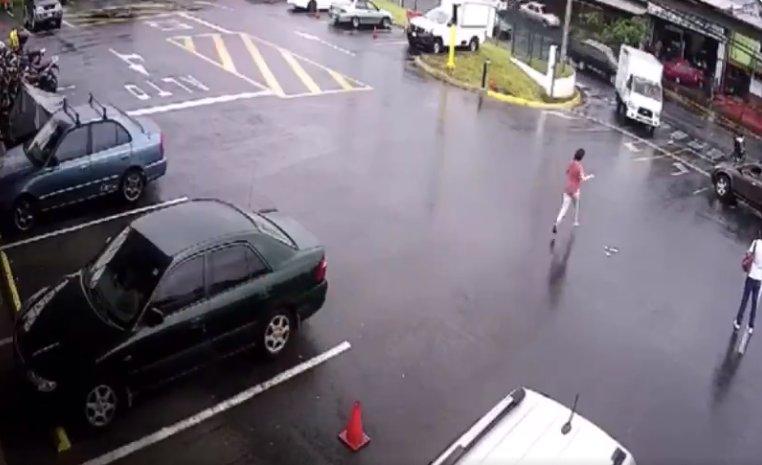 Video | Un bebé fue atropellado en un estacionamiento pero se salvó de milagro - La 100