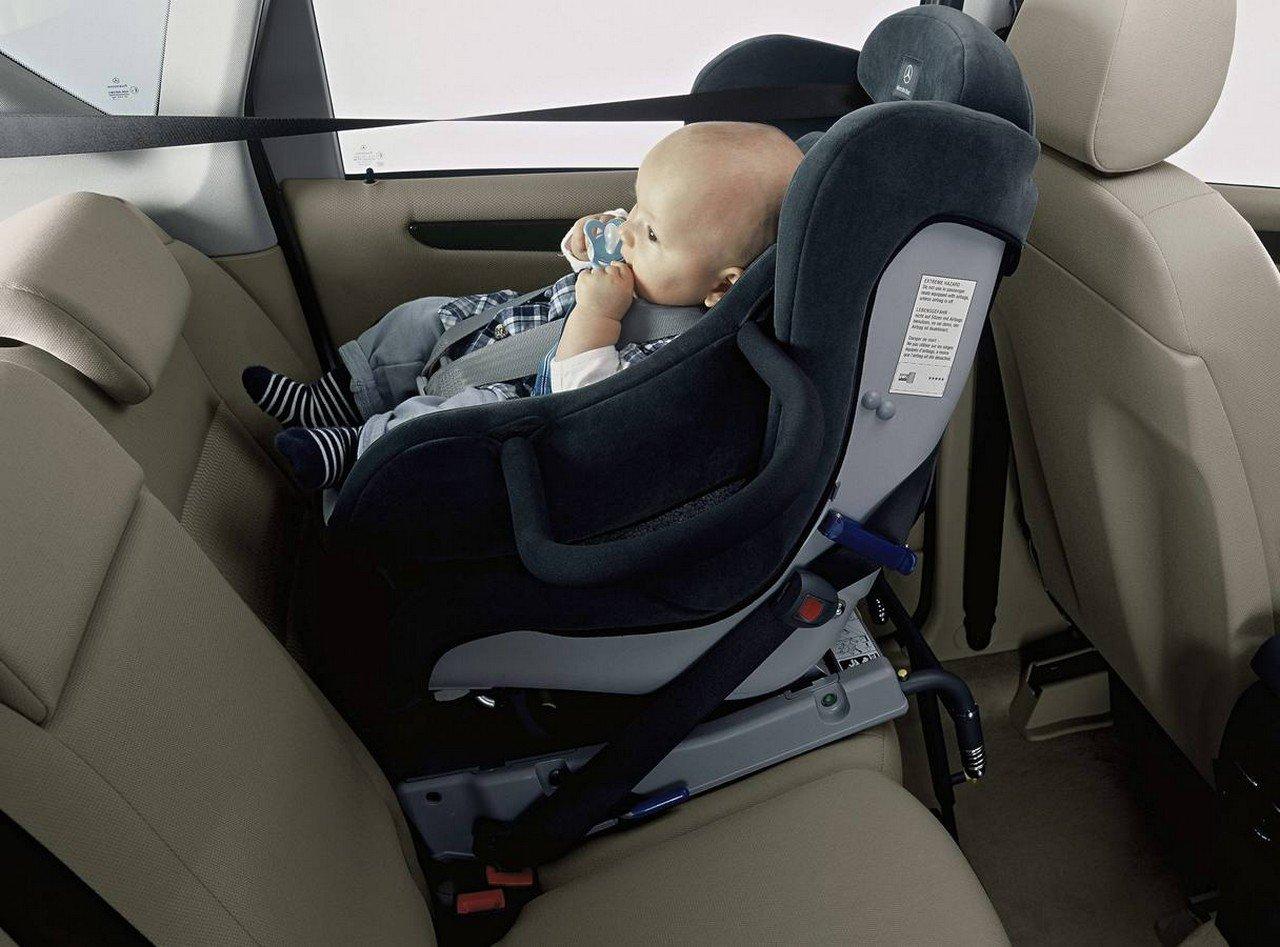Cómo llevar a un bebé recién nacido en el coche?
