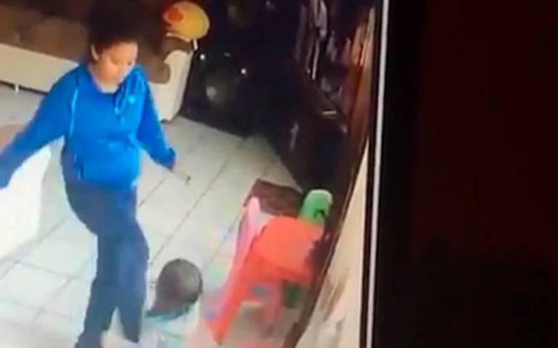 Video] A patadas niñera golpea brutalmente a niños gemelos - El Sol de San Luis