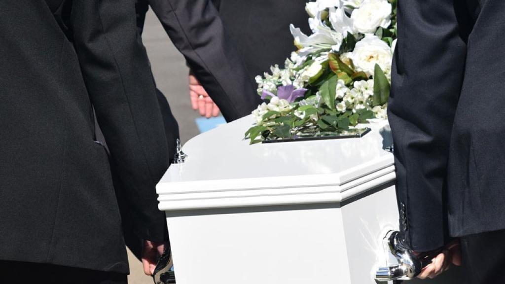 Dio a luz a gemelos, su esposo murió y en pleno funeral ocurrió inesperada tragedia | TVNotas ¡Irresistible!