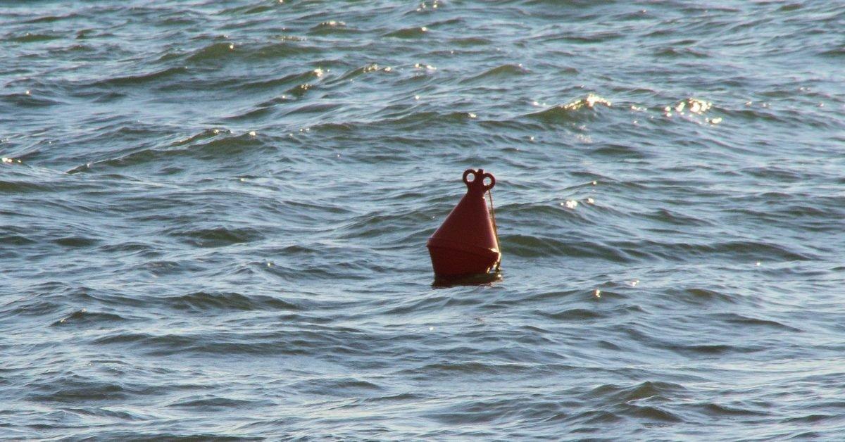 buoy in sea e1601568914265.jpg?resize=1200,630 - Une femme portée disparue il y a deux ans est retrouvée vivante dans un océan