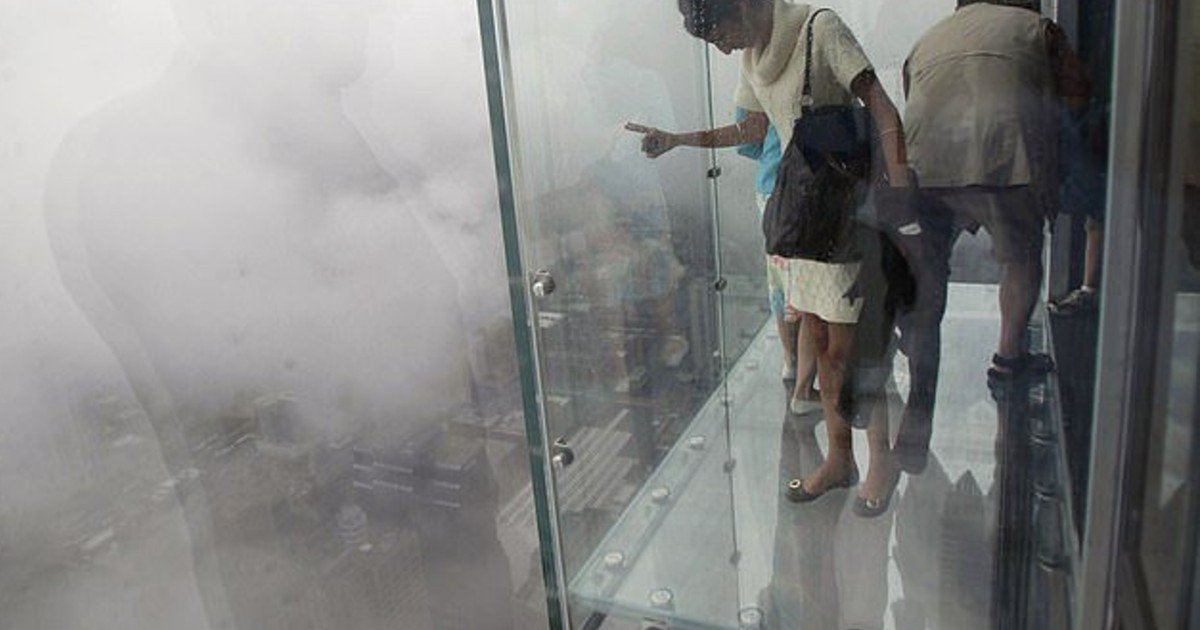 e18486e185aee1848ce185a6 58.jpg?resize=412,275 - Glass Skydeck On 103rd Floor Of Chicago Willis Tower Cracked Beneath Tourists' Feet
