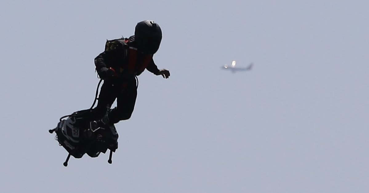 french pilot franky zapata flies his flyboard jetpack news photo 1602765551 e1602901363613.jpg?resize=1200,630 - Un homme volant a été repéré dans le ciel de Los Angeles.