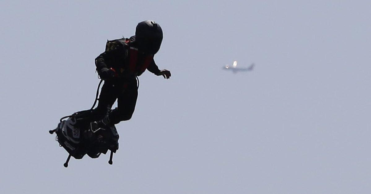 french pilot franky zapata flies his flyboard jetpack news photo 1602765551 e1602901363613.jpg?resize=412,232 - Un homme volant a été repéré dans le ciel de Los Angeles.