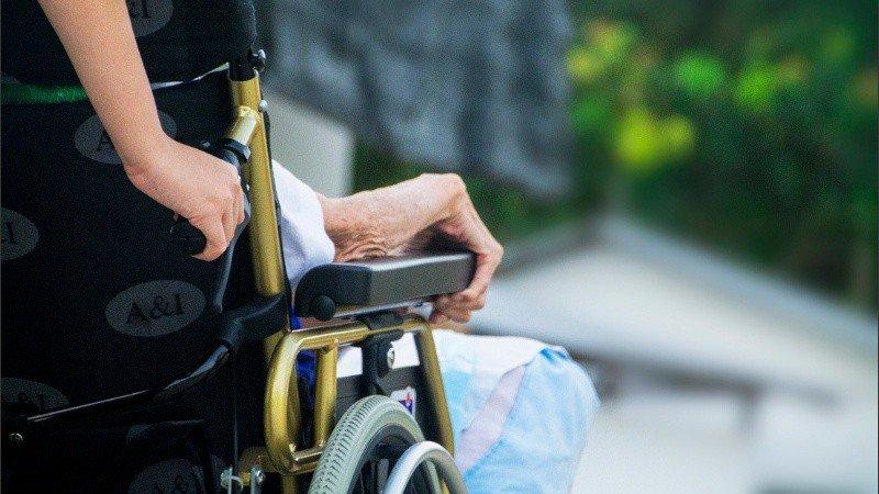 Viuda negra llevó el cadáver de un jubilado al banco para cobrar su pensión | La Opinión Austral