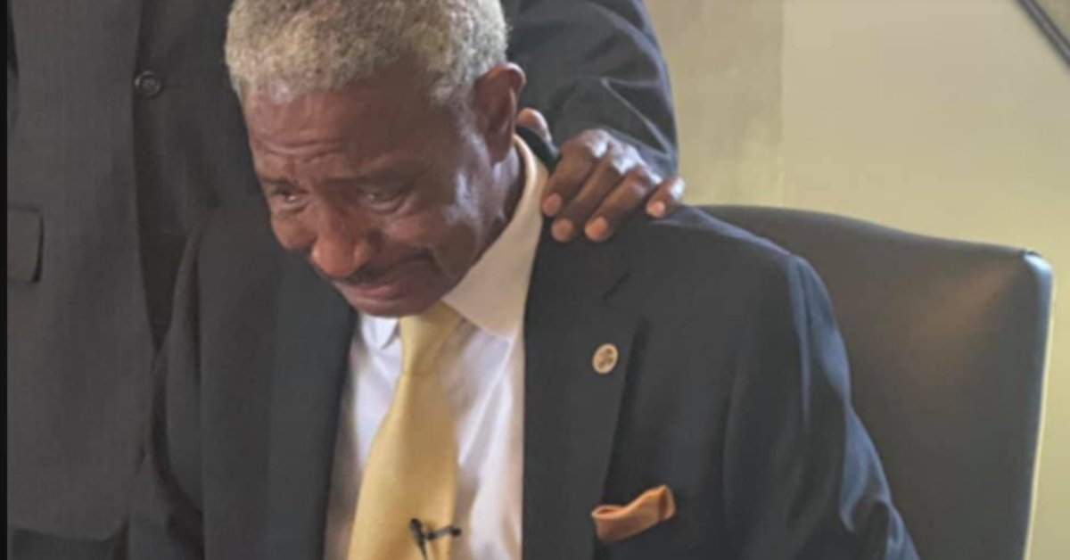 Black Mayor Breaks Down In Tears While Signing Executive Order To Remove Controversial Mississippi Flag From City Buildings