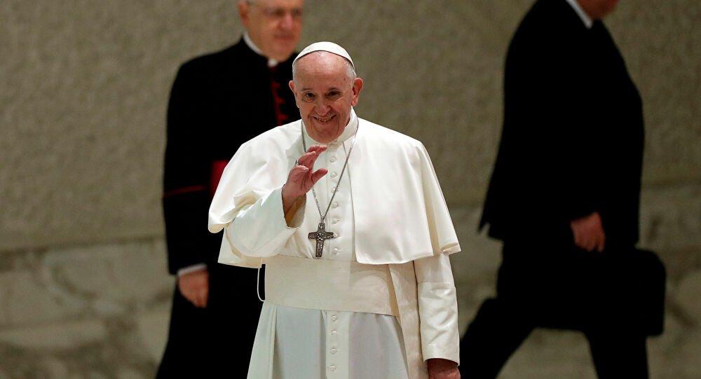 El papa Francisco le da