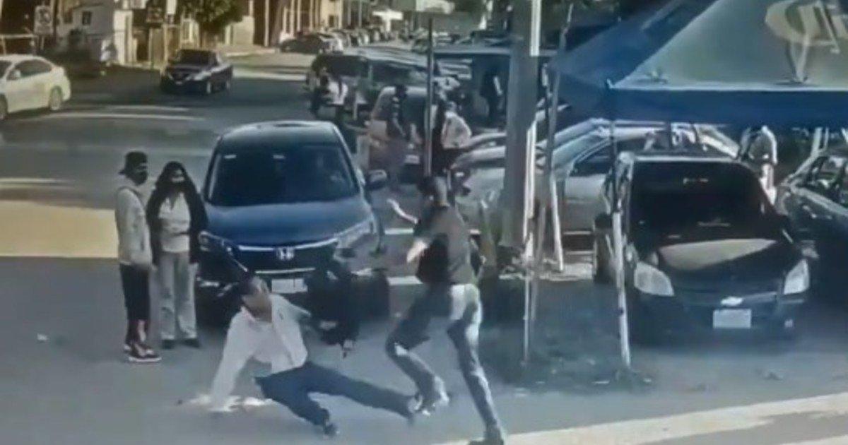 Video: quiere matar al violador de su hija, se equivoca y apuñala a un inocente - Clarín