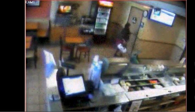 Una mujer pare en un restaurante y abandona allí al bebé