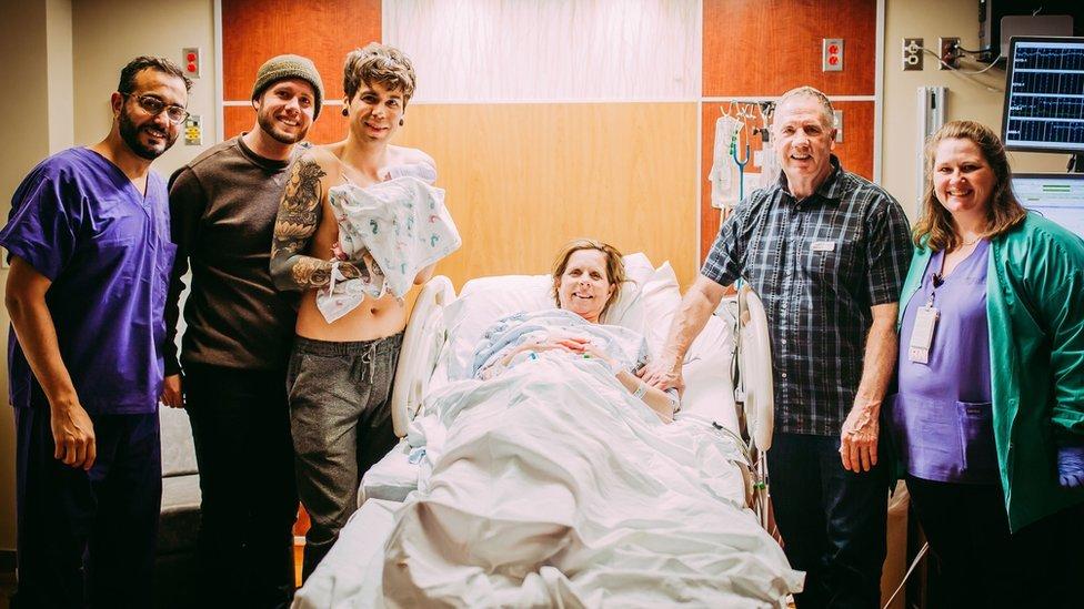 Mujer dio a luz a su nieta para ayudar a su hijo gay a ser padre | Tele 13