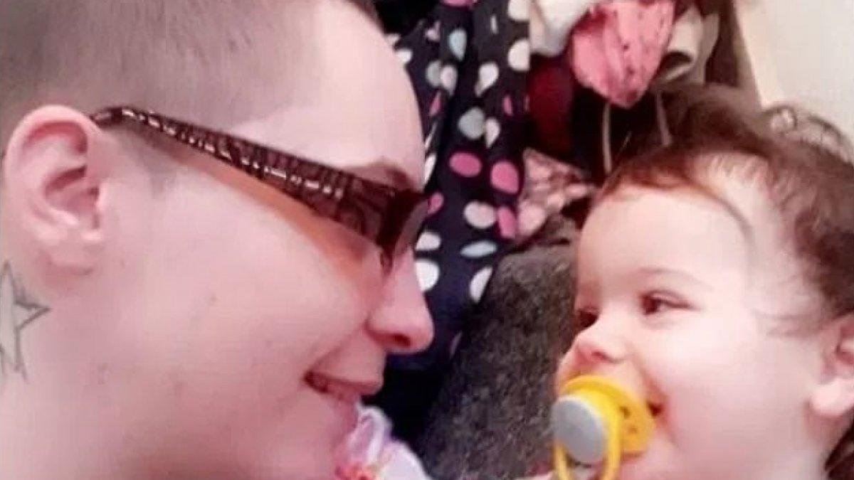 Un bebé de 19 meses fallece tras quemar su cuerpo con agua hirviendo su madre