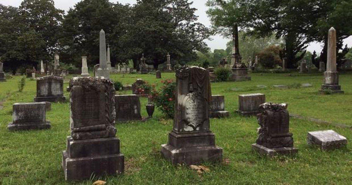 Un hombre encuentra una tumba con su nombre en un cementerio y culpa a su exmujer