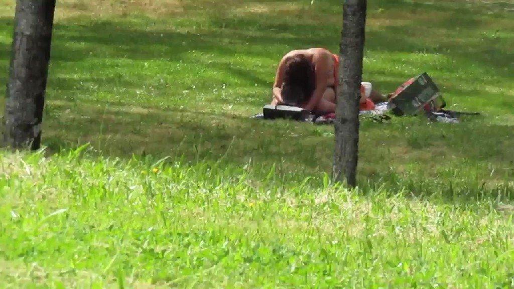 VIDEO] Filman a pareja teniendo relaciones en un parque ¡junto a su hija!