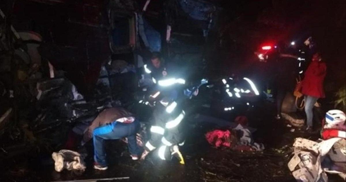 4 bus.jpg?resize=1200,630 - Accident de la route: une collision entre un camion et un bus a tué au moins 50 personnes