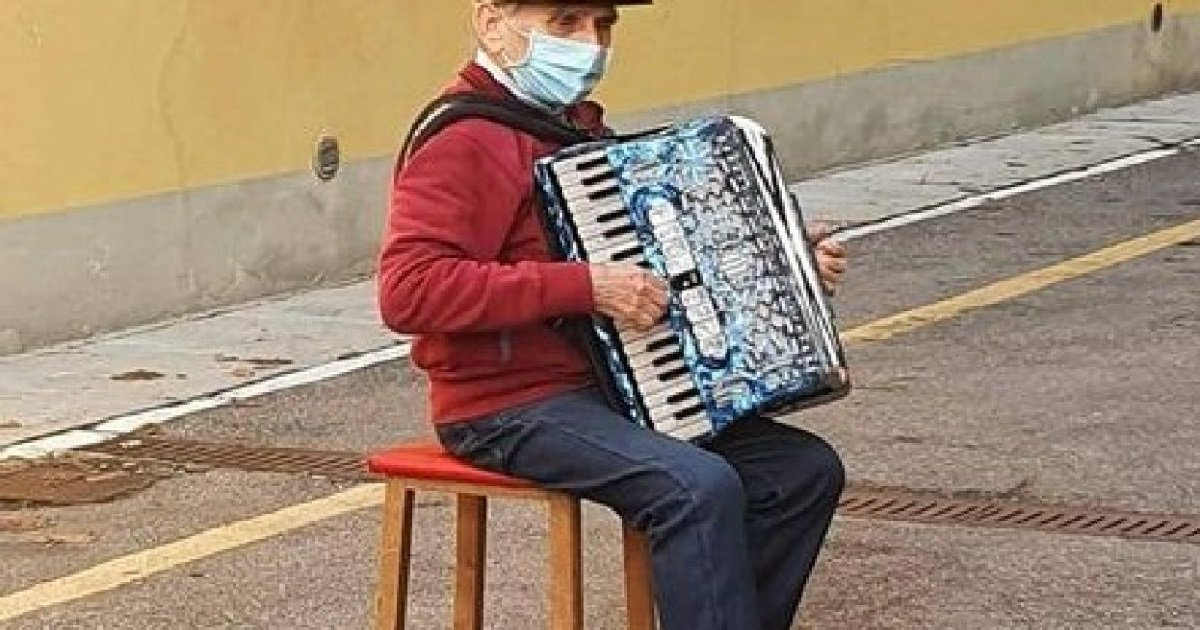 7 papi.jpg?resize=412,232 - Un papi joue de l'accordéon à la fenêtre de sa femme à qui il ne peut pas rendre visite