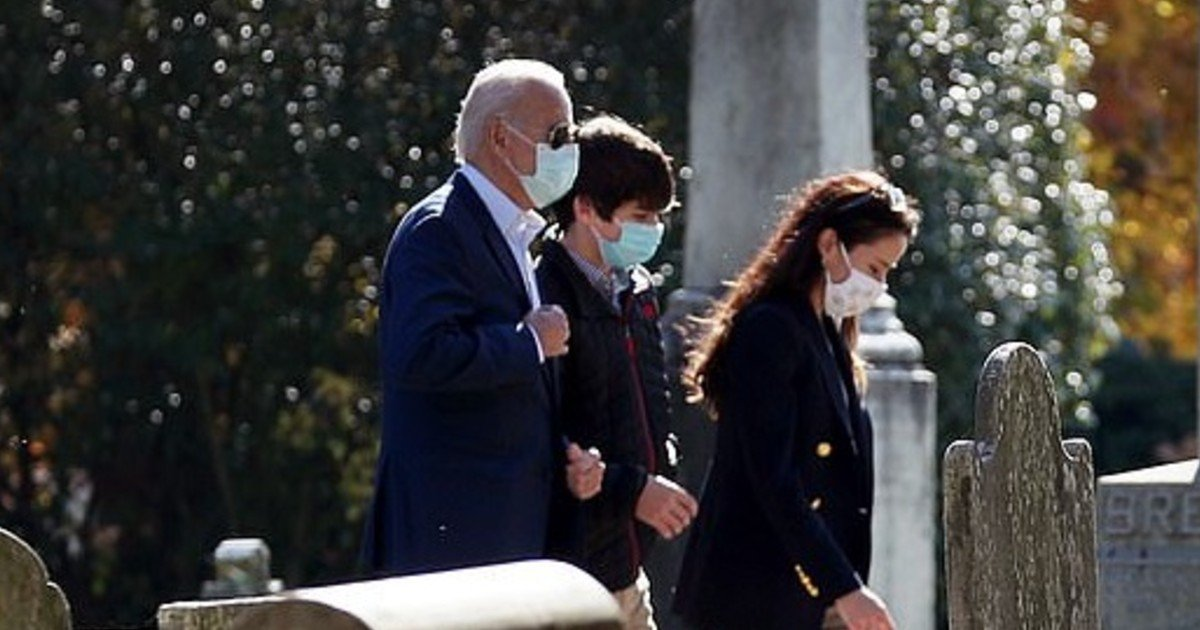 e18486e185aee1848ce185a6 5.jpg?resize=1200,630 - Joe Biden Seen Hugging His Grandson Hunter As They Visit Beau's Grave