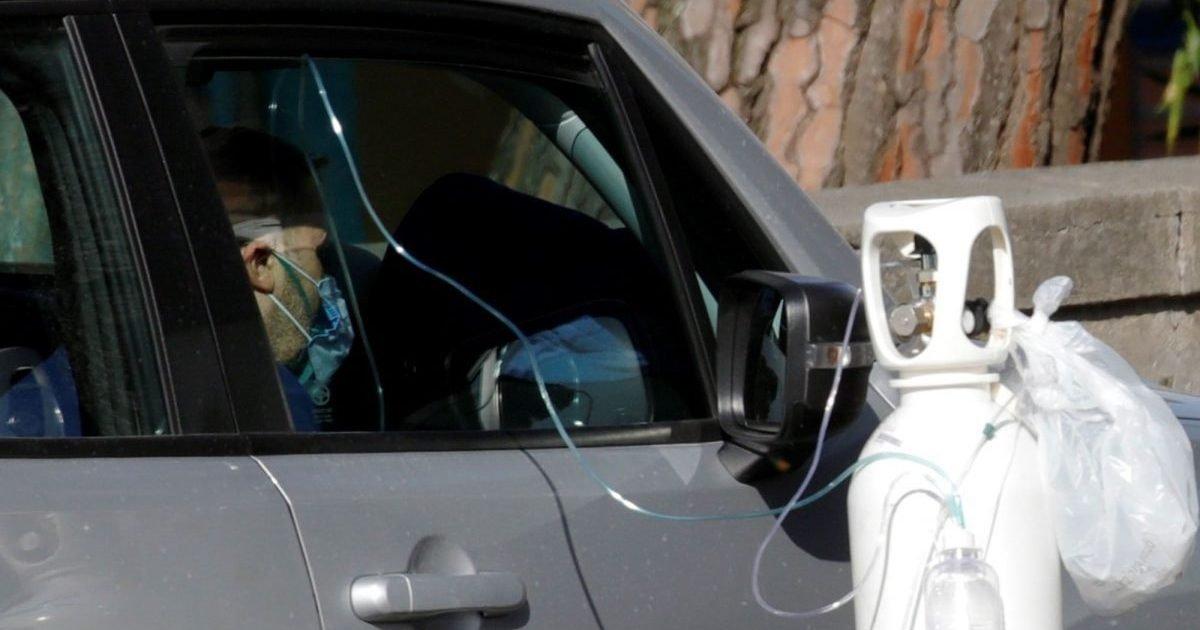 paris match 1 e1605109496176.jpg?resize=1200,630 - Covid-19 à Naples : Faute de lits disponibles, les patients sont soignés dans leur voiture