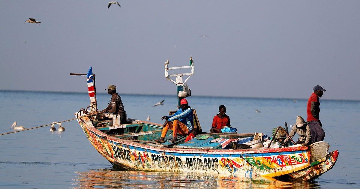 t110919z 1644592209 rc2b6k9w3iud rtrmadp 3 europe migrants senegal 1605888640494 e1606014253298.jpeg?resize=412,232 - Sénégal : Plus de 500 pêcheurs souffrent d'une mystérieuse maladie de peau